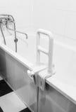 Corrimano per disabile e anziani nel bagno fotografie stock libere da diritti