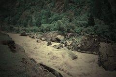 Corrimento no rio Bhagirathi em montanhas Himalaias, Uttarakhand, Índia Fotos de Stock Royalty Free