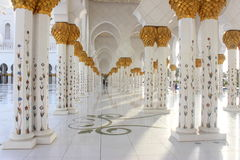 Corriords e colonne di Sheikh Zayed Mosque Immagini Stock