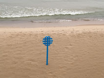 Corrisponda ad un salvagente sulla spiaggia abbandonata Costa del Mar Baltico Immagini Stock