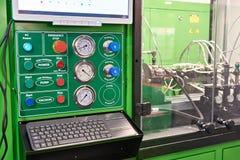 Corrisponda a controllare gli iniettori e le pompe diesel in officina Fotografia Stock Libera da Diritti