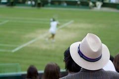 Corrispondenza di sorveglianza di tennis dell'uomo Immagini Stock