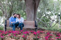 Corrispondenza felice e coppie collegate in giardino Immagini Stock Libere da Diritti