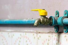 Corrodez le robinet en laiton est éteint image libre de droits