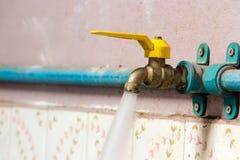 Corrodez le robinet en laiton est allumé, l'écoulement d'eau est très fort photographie stock