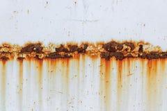 Corrosão da emenda da soldadura com manchas vermelhas em uma folha de metal branco velha abstraia o fundo imagens de stock royalty free