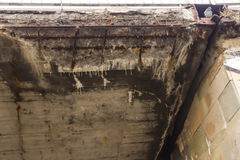 Corrosão da estrutura concreta da ponte devido aos reagentes da precipitação e do produto químico fotografia de stock