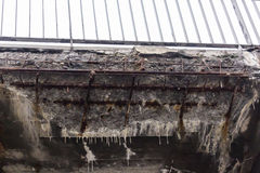 Corrosão da estrutura concreta da ponte devido aos reagentes da precipitação e do produto químico fotos de stock