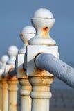 Corrosão da oxidação no branco pintado cerco imagens de stock royalty free