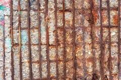 Corrosão e deterioração do muro de cimento reforçado fotos de stock