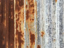 A corrosão e a oxidação materiais do zinco do telhado colocaram verticalmente como t Imagem de Stock