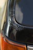 Corrosão na laca preta do carro na trava do tronco imagens de stock