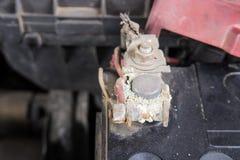 Corrosión de la batería de coche en el terminal, terminales sucios de la batería (Antes imagenes de archivo