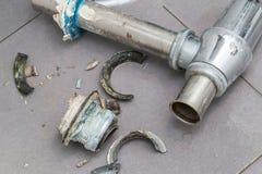 Corrosión en la tubería, tubo roto de la erosión de agua imagenes de archivo