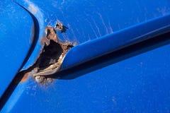 Corrosión severa del moho en la esquina del tejado del vehículo de motor imágenes de archivo libres de regalías