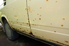 Corrosie op lichaam van oude auto Stock Foto's
