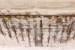 Corrosie van de betonconstructie van de brug toe te schrijven aan de precipitatie en de chemische reagentia stock fotografie