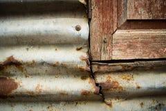 Corrosie van zink en oud venster stock fotografie