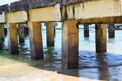 Corrosion d'eau salée - usure - érosion et dommages dans un vieux utilisé pont concret au-dessus de l'eau de mer photographie stock