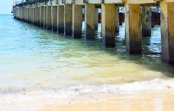 Corrosion d'eau sal?e - usure - ?rosion et dommages dans un vieux utilis? pont concret au-dessus de l'eau de mer image libre de droits