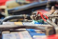Corrosione sull'accumulatore per di automobile fotografie stock libere da diritti