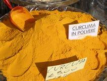 Corroyez la poudre de safran des indes avec l'écriture dans le safran des Indes italien dans POLVERE Photographie stock