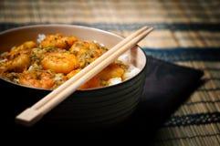 Corroyez les crevettes roses avec du riz - la nourriture savoureuse des Caraïbes 01 Photos stock