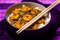 Corroyez les crevettes roses avec du riz - la nourriture savoureuse des Caraïbes 02 Photos libres de droits