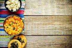 Corroyez les pois chiches avec les légumes et le pain plat arabe Image libre de droits