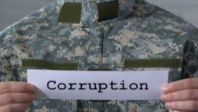 Corrupción escrita en el papel en manos del soldado, justicia en la institución militar almacen de video