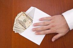 Corruptieconcept. De bedrijfsmens neemt een stapel van geld in envelo Royalty-vrije Stock Foto's