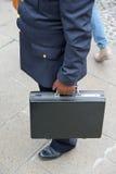 corruptness Brudny policjant z rzemienną rękawiczką i skrzynka po paym fotografia stock