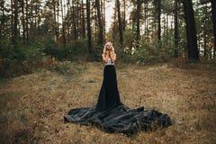 Corsé blanco rubio atractivo hermoso y falda negra Imagenes de archivo