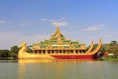 Corsa Asia: Palazzo di Karaweik a Yangon, Myanmar Fotografia Stock Libera da Diritti
