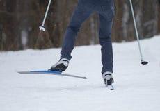 Corsa campestre di corsa con gli sci dell'uomo Immagini Stock