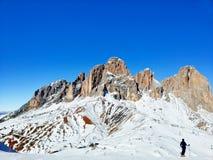 Corsa con gli sci alpina un giorno pieno di sole fotografia stock