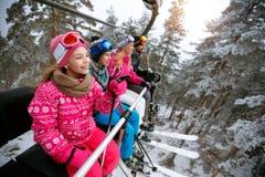 Corsa con gli sci, ascensore di sci, inverno - sciatori della ragazza sull'ascensore di sci alla montagna Immagini Stock