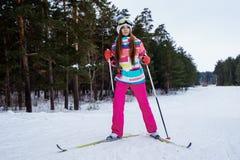 Corsa con gli sci atletica della ragazza in vestiti luminosi Fotografie Stock Libere da Diritti