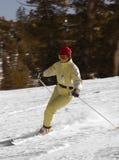 Corsa con gli sci attraente della giovane donna Fotografia Stock