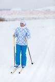 Corsa con gli sci attiva della donna nel campo di inverno Immagini Stock