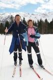 Corsa con gli sci che attraversa il paese con gli anziani Immagine Stock