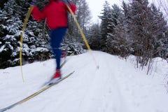 Corsa con gli sci che attraversa il paese del giovane Fotografia Stock Libera da Diritti