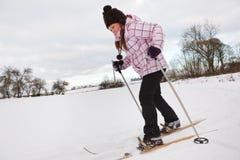 Corsa con gli sci che attraversa il paese della bambina Fotografia Stock