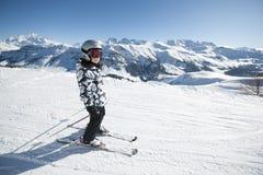 Corsa con gli sci del bambino, alpi francesi Immagine Stock