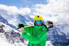 Corsa con gli sci del bambino nelle montagne Fotografie Stock