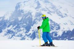 Corsa con gli sci del bambino nelle montagne Fotografia Stock Libera da Diritti