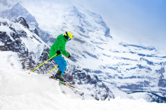 Corsa con gli sci del bambino nelle montagne Fotografia Stock