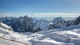 Corsa con gli sci del ghiacciaio: Cima del â della montagna di Zugspitze della Germania. Fotografia Stock
