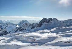 Corsa con gli sci del ghiacciaio: Cima del â della montagna di Zugspitze della Germania. Fotografia Stock Libera da Diritti