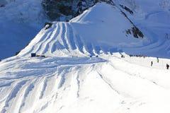 Corsa con gli sci del ghiacciaio Picco di montagna di Allalinhorn, 4.027 m. Le alpi, Svizzera Fotografie Stock Libere da Diritti